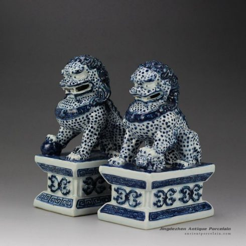 RYQA08_Blue and white pair of ceramic sitting lions book end